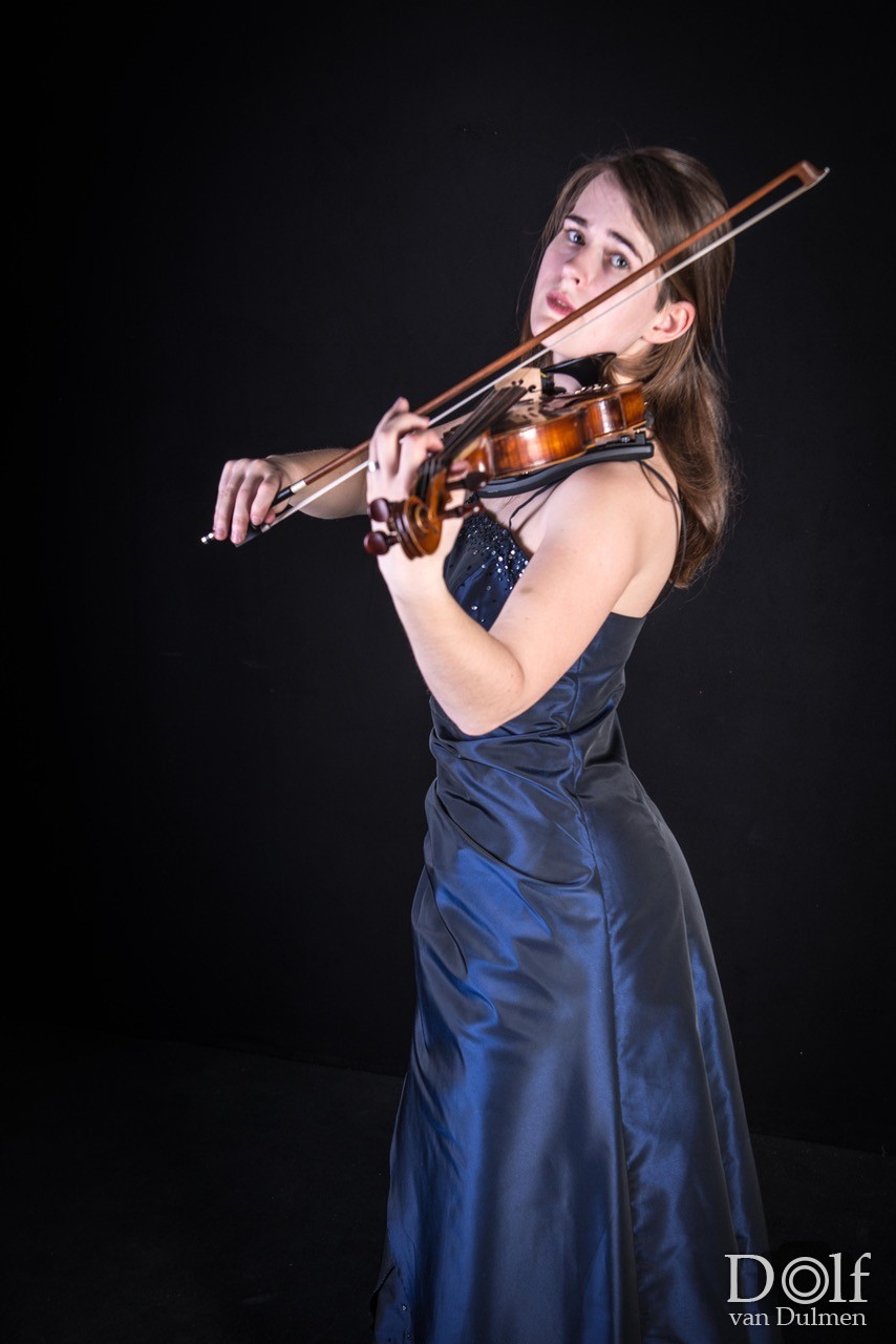 * MANON * Het meisje en haar viool. Bijzonder leuke shoot met Manon. Van eigentijds naar een beetje gipsy en gala als afsluiting.